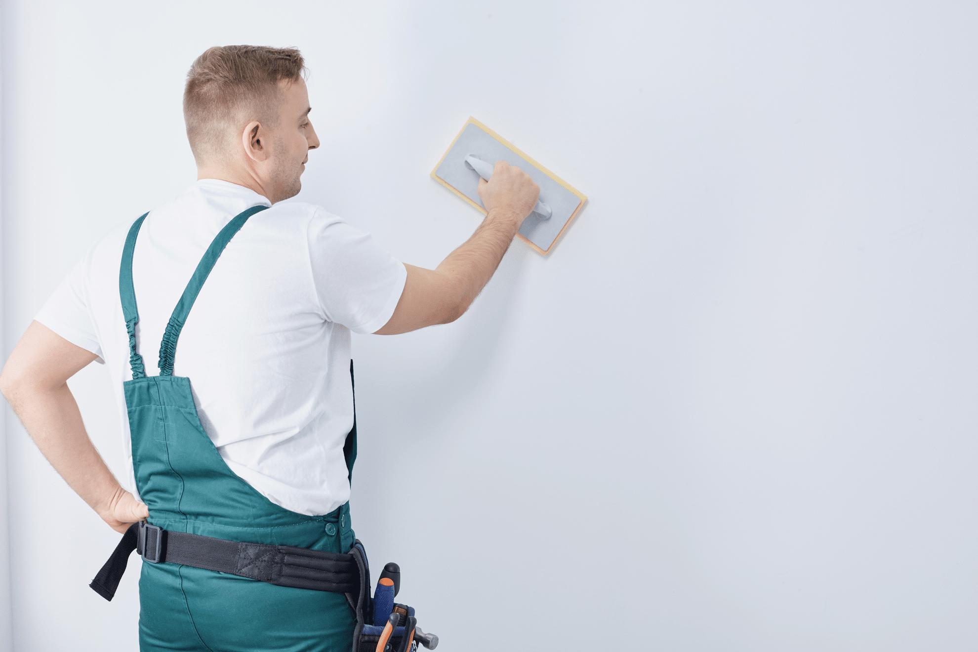 Jeune homme expermente renove mur